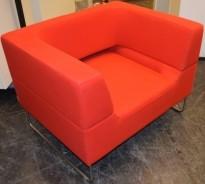 Loungestol i rødt fra LK Hjelle, Modell: Hal, 1seter sofa i rødt stoff, design: Norway Says, pent brukt