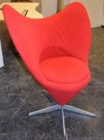 Loungestol i rødt stoff, Hjerteformet med fempassfot i grålakkert metall, solid og tung stol, pent brukt