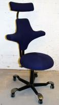Ergonomisk kontorstol: Håg Capisco 8117 i mørkeblått stoff, rund pute, med nakkepute, pent brukt