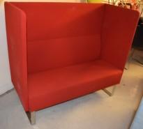 Loungesofa i rødt fra Materia, Modell: Monolite, 2seter sofa, design: Sandin & Bülow, pent brukt