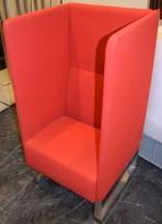 Loungesofa i rødt fra Materia, Modell: Monolite, 1seter sofa, design: Sandin & Bülow, pent brukt