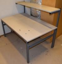Solid arbeidsbord / arbeidsbenk fra Treston, 150x94cm, med topphylle, metall understell, justerbar høyde, brukt