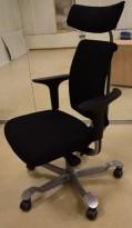 HÅG H05 5300 kontorstol i sort stoff, armlener i sort, fotkryss i sølvgrått, Nakkepute, pent brukt