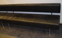 Loungemøbel fra Materia, Longo sittebenk trukket i sort skinn, 196cm bredde, pent brukt