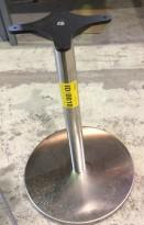 Lav søyle / søylefot fra Pedrali i satinert stål for rundt bordplate eller møtebord, Ø=40 base, H=58cm, pent brukt