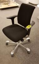 HÅG H05 5300 kontorstol i sort stoff, armlener i sort, fotkryss i sølvgrått, pent brukt - KAMPANJE