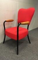 Lenestol / loungestol i rødt stoff med sortlakkerte ben, armlener i tre, pent brukt