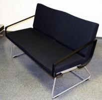 Loungesofa 2seter, 132,5cm bred, A-line fra Lammhults i mørk grått remix-stoff, sorte armlener, grå meier, pent brukt
