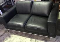 Loungesofa 2seter i sort skinn, satinerte stålben, Ikea Modell Arild, 156cm bredde, pent brukt