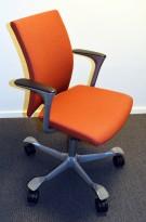 Konferansestol på hjul: Håg H04 Comm 4472 i varmrødt stoff (Remix 653), grålakkert kryss, pent brukt