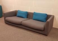 3-seter loungesofa fra Offecct, modell Nemo, i grått stoff med blå puter, brukt