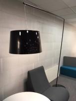 Pedrali L001T/B stålampe i sort, høyde 220 cm, pent brukt