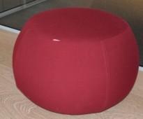 Puff fra Arper i rødt stoff, modell Pix 67, Ø=67cm, H=43cm, Design: Ichiro Iwasaki, pent brukt