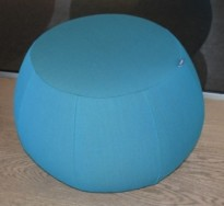 Puff fra Arper i turkis stoff, modell Pix 67, Ø=67cm, H=43cm, Design: Ichiro Iwasaki, pent brukt