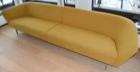 Lekker sofa fra Arper, Loop loungesofa i okergult stoff, 310cm bredde, Design: Lievore Altherr Molina, pent brukt - flekk