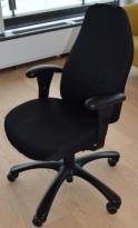 Kontorstol: Malmstolen i sortspraglet stoff, armlener, høy rygg, pent brukt