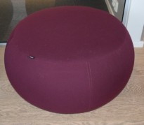 Puff fra Arper i vinrødt stoff, modell Pix 87, Ø=87cm, H=43cm, Design: Ichiro Iwasaki, pent brukt