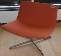 Loungestol, Arper Catifa 80, rødlig stoff, polert aluminiumsunderstell, pent brukt