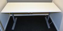 Kompakt, rektangulært skrivebord 160x60cm, hvit bordplate, grått understell, pent brukt