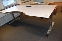 Horreds elektrisk hevsenk skrivebord i hvitt, sort kant, krom understell, 200x100cm, magebue, pent brukt