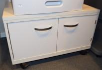 Underskap / skjenk / printerbord på hjul i hvitt/lys grå, Duba B8, 80cm bredde, 50cm høyde, pent brukt
