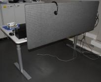 Duba B8 skrivebord med elektrisk hevsenk i hvitt / alugrått, 200x90cm, med skillevegg, pent brukt