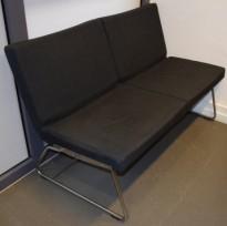 Loungesofa 2seter, 125cm bred, A-line fra Lammhults i mørk grått remix-stoff, uten armlener, krom meier, pent brukt