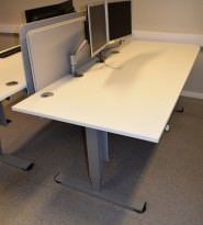 Elektrisk hevsenk skrivebord fra Duba B8 i hvitt/grått, 195x90cm bordplate, avrundet hjørne, pent brukt