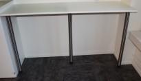 Enkelt barbord / ståbord i hvitt, 185x60cm, 110cm høyde, med veggfeste og støtteben, pent brukt