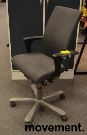 Kontorstol: Håg H04 4600 i grått stoff, armlene i sort, kryss i grått, pent brukt bilde 1