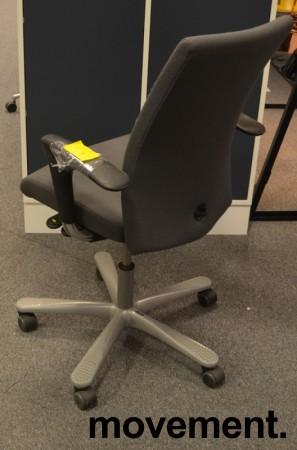 Kontorstol: Håg H04 4600 i grått stoff, armlene i sort, kryss i grått, pent brukt bilde 2