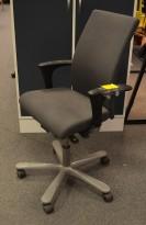 Kontorstol: Håg H04 4600 i grått stoff, armlene i sort, kryss i grått, pent brukt