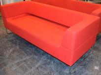 Loungesofa i rødt fra LK Hjelle, Modell: Hal, 3seter sofa i rødt stoff, design: Norway Says, pent brukt