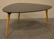 Loungebord i sort med ben i eik fra Fredericia, Modell Icicle, 83x63cm, høyde 43cm, pent brukt