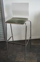 Barkrakk / barstol fra Materia, modell ADAM i hvitt med grønt sete, og krom understell, 78cm sh, brukt
