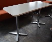 Møtebord / kantinebord fra Materia i hvitt / krom understell, 135x53cm, pent brukt