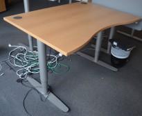 Skrivebord med elektrisk hevsenk fra EFG i bøk, 120x90cm, mavebue, pent brukt