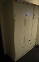 Garderobeskap i stål med Z-dører i lys grå, 6 rom. 120cm bredde, 55cm dybde, 188cm høyde, pent brukt