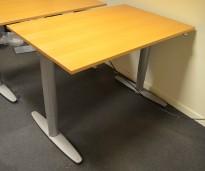 Skrivebord med elektrisk hevsenk fra Kinnarps i bøk, 120x80cm, pent brukt