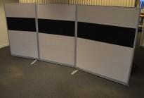 Kinnarps Rezon skillevegg i lys grå / sort, 3 bredder (90+100+120cm) selges samlet, 310x145cm, pent brukt