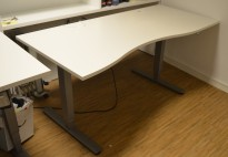 Skrivebord med elektrisk hevsenk fra EFG i hvitt, 174x80cm, mavebue (asymmetrisk), pent brukt