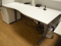 Skrivebord med elektrisk hevsenk fra EFG i hvitt, 214x80cm, mavebue (asymmetrisk), pent brukt