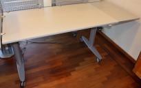 Kinnarps T-serie elektrisk hevsenk skrivebord på hjul, 140x80cm + 40x80cm sideplate, pent brukt