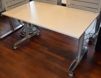 Kinnarps T-serie rektangulært skrivebord, lys grå bordplate, 140x80cm på hjul, krom ben, pent brukt
