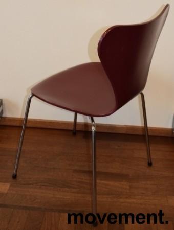 Arne Jacobsen 7er-stol / syver-stol, model 3107, i 580 Mørkerød, understell i krom, pent brukt bilde 2