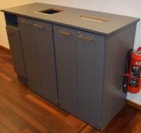Miljøstasjon / sorteringsstasjon for kontoravfall i grått, 158cm bredde, pent brukt