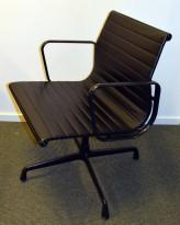 Charles & Ray Eames EA108 Conference Chair Aluminium Group Series fra Vitra i sort skinn / sort ramme, pent brukt