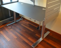 Skrivebord med elektrisk hevsenk i sort linoleum / satinert stål fra Duba B8, 160x80cm, pent brukt