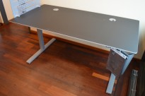 Skrivebord med elektrisk hevsenk i sort linoleum / grålakkert stål fra Duba B8, 160x80cm, pent brukt