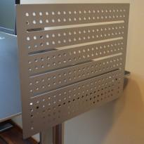 Bordskillevegg i grålakkert metall fra Duba B8, 60x48cm, for kortside av skrivebord, pent brukt